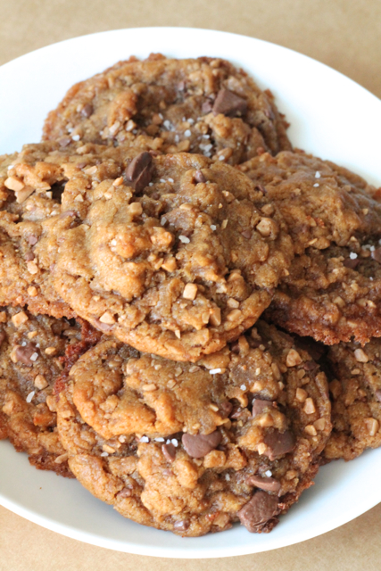 Chewy Skor & Chocolate Peanut Butter Cookies | thedomesticblonde.com
